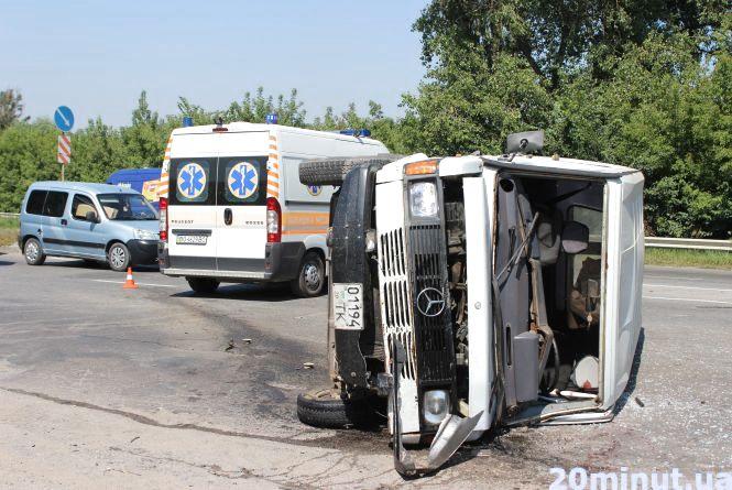 Аварія на об'їзній. Небайдужі люди рятували одного водія, інший лишив машину і втік