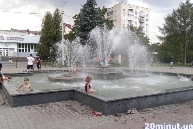 Фото дня: Діти зробили з фонтану басейн