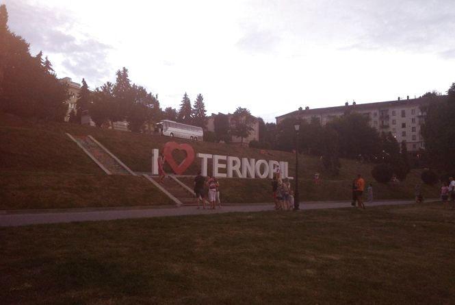 Фото дня: Люди стають в чергу, щоб сфотографуватися з написом I LOVE TERNOPIL