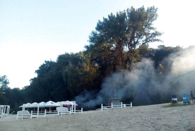 На Дальньому пляжі загорівся бар. Пожежні набирали воду зі Ставу