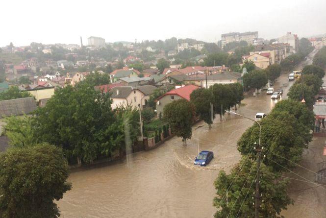 Через зливу центр Чорткова плавав