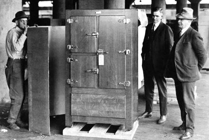 8 серпня – запатентували холодильник і вперше підкорили Монблан