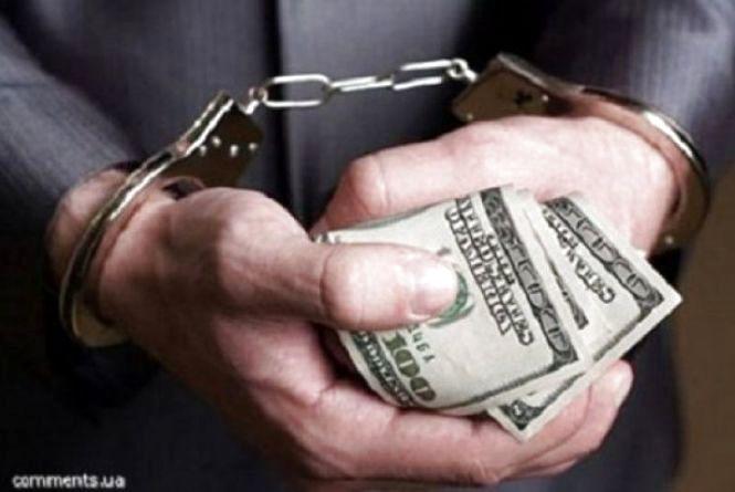 Тернополянин вимагав 1000 доларів США