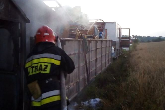 На Борщівщині загорівся автомобіль, що перевозив атракціони