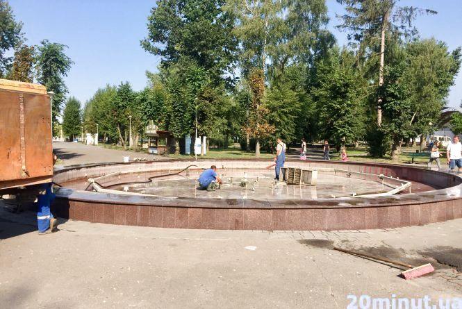 Фото дня: в парку Шевченка чистять від сміття фонтан