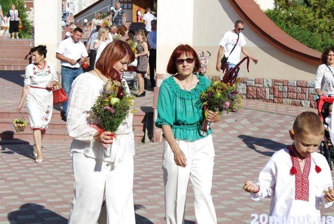 На Яблучний спас тернополяни йдуть у церкву з кошиками та у вишиванках