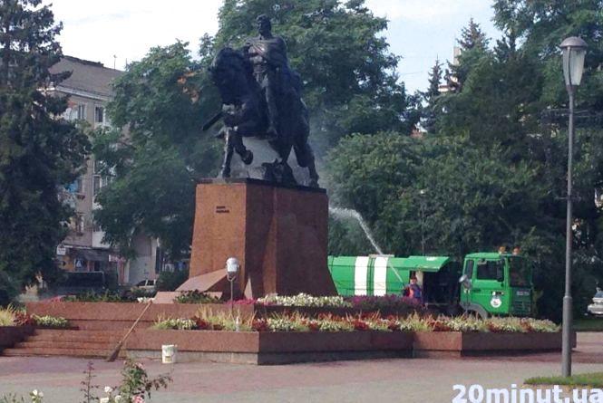 Фото дня: у Центрі миють пам'ятники