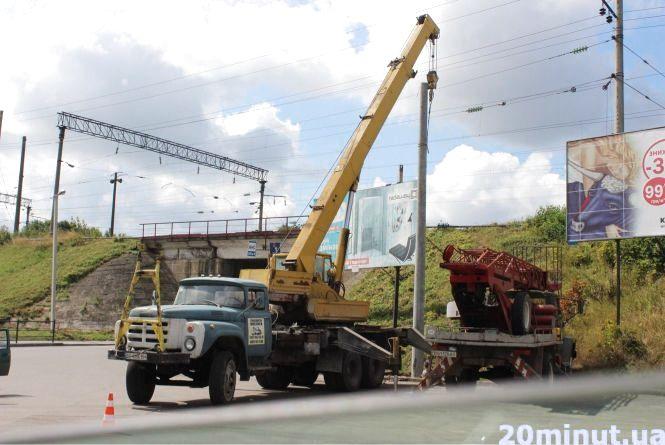 Фото дня: встановлюють бетонні опори для нової тролейбусної лінії