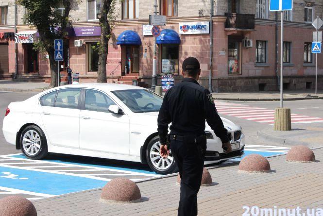 BMW з елітними номерами запаркувався на місці для інвалідів