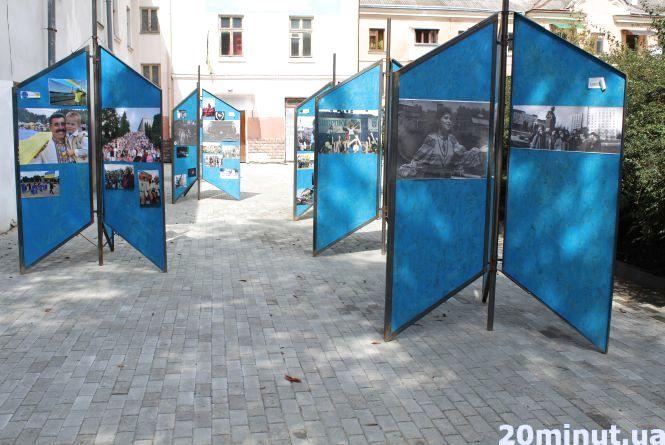 Фото дня: в Центрі - арт-інсталяція про історію міста та людей