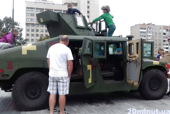 Розмістили військову техніку біля пам'ятника Степану Бандери