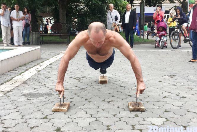 53-річний чоловік у Тернополі віджався на пальцях на цвяхах 50 разів