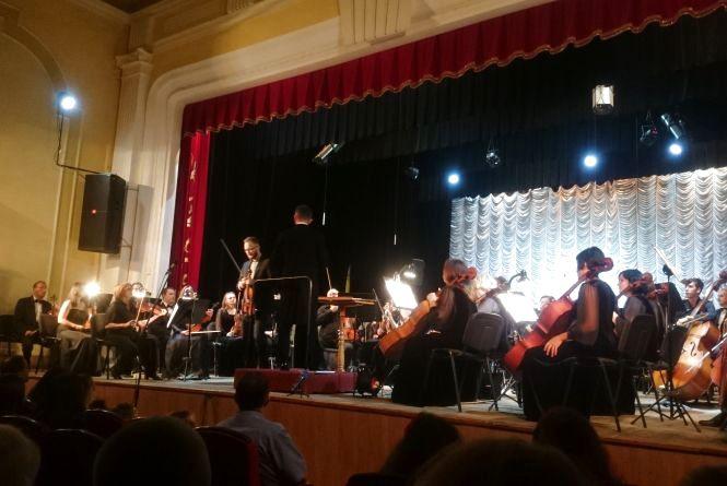 Як скрипаль-віртуоз Назарій Пилатюк привітав маму з Днем сина