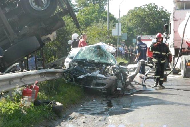 У машині, розтрощеній після зіткнення з бензовозом, їхав священик. На ньому – ані синця