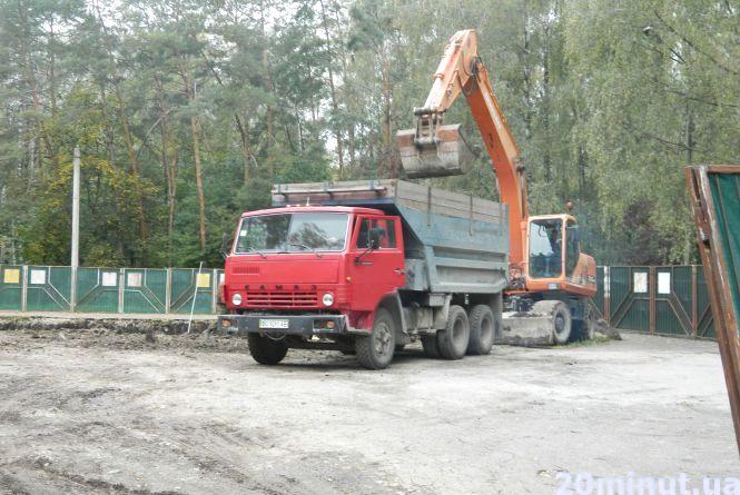 """У парку почали  копати котлован під будівництво """"Вуличної академії"""". Люди - проти"""