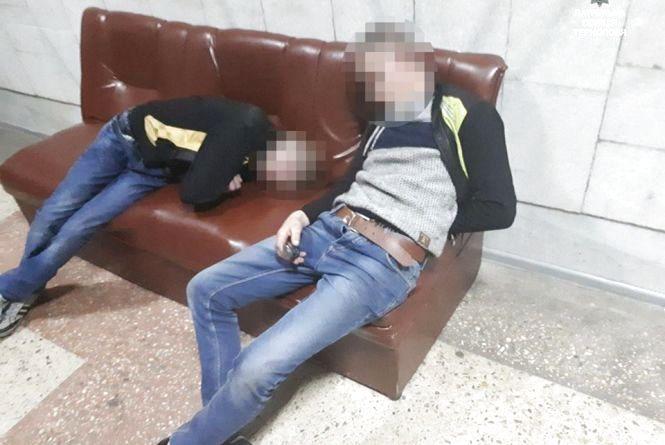 На вокзалі п'яні хлопці ледь тримались на ногах і ображали людей