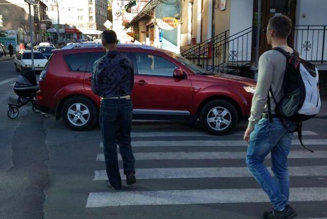 У Тернополі жінка припаркувалася на пішохідному переході і пішла в аптеку