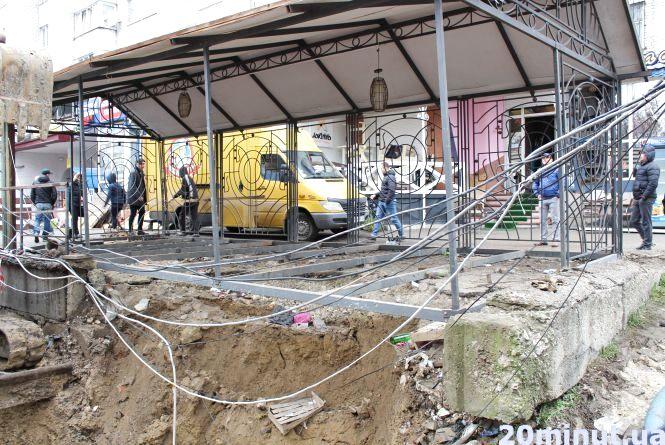 Через літню терасу піцерії на Київській люди ще до понеділка можуть залишитись без води