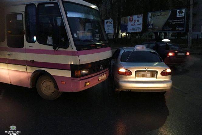 Біля автовокзалу автобус зіткнувся з таксі
