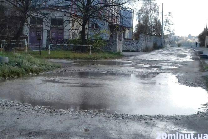 Мешканці Чумацької скаржаться на дорогу, а в міському бюджеті немає коштів на ремонт