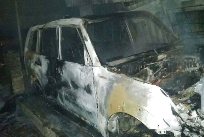 Водій Mitsubishi Pajero зіткнувся із кіоском. Згорів і автомобіль, і кіоск автозапчастин