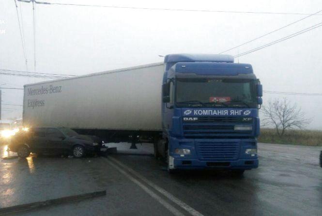 """Вранці на """"Східному"""" водій Renault в'їхав у фуру"""