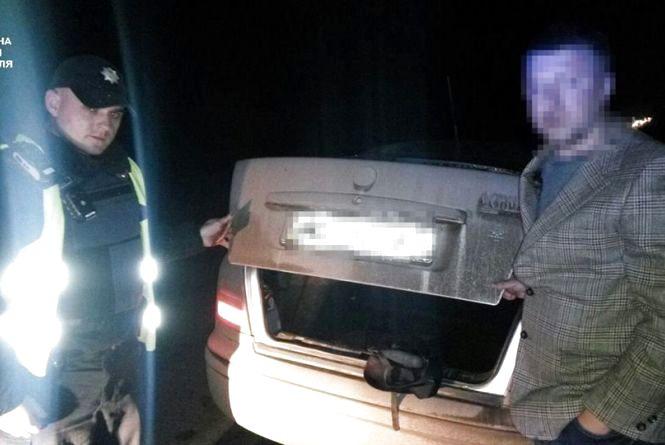 Поблизу Смиківців  поліція зупинила водія, який перевозив зброю у багажнику авто