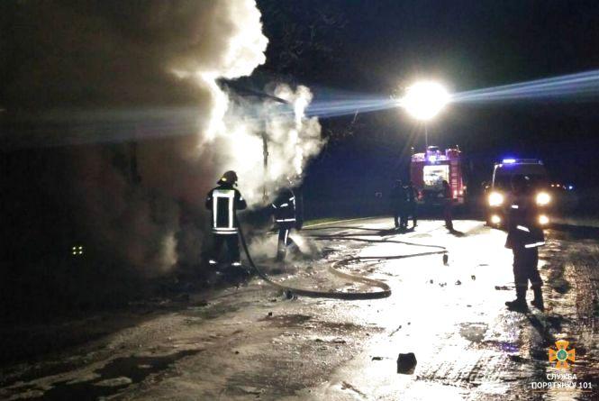 Вночі на трасі поблизу Тернополя горіла вантажівка. 200 автівок стояли в заторі