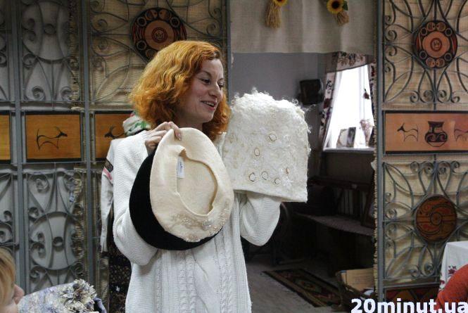 Модні зимові шапки з вовни показали тернополянкам