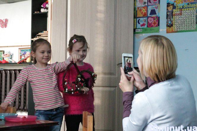 Як зробити різдвяний вінок, вчилися дітки з мамами