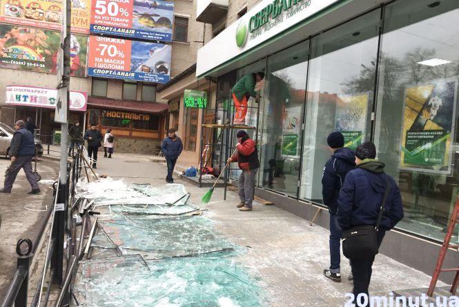 Фото дня: в Сбербанку Росії побиті вікна замінюють на нові