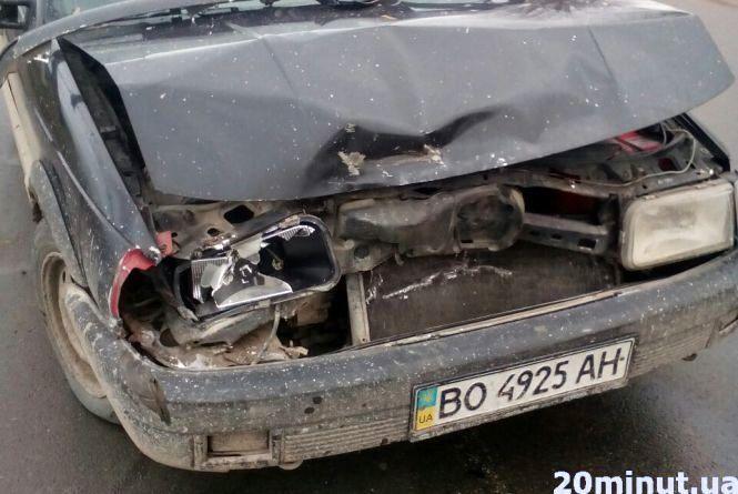 """ДТП на Микулинецькій: легківка підім'яла """"зад"""" позашляховику"""