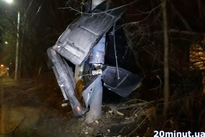 На Різдво водій розтрощив Mercedes об стовп та втік