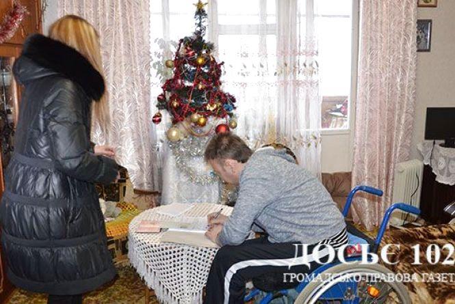 Росіянину вручили довгоочікувану посвідку на постійне проживання в Україні