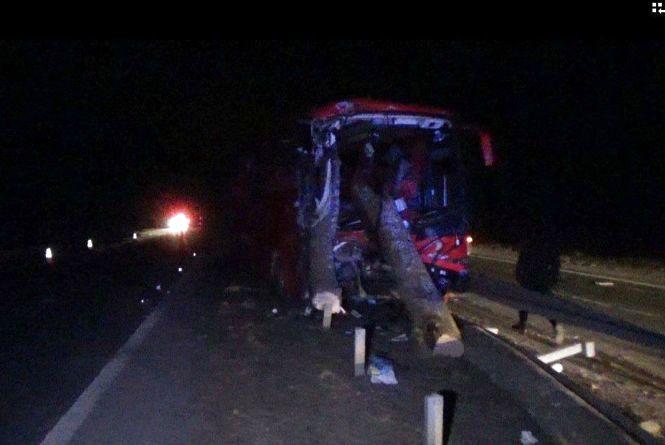 Тернополяни потрапили у моторошну аварію: автобус зіткнувся з лісовозом. Є постраждалі