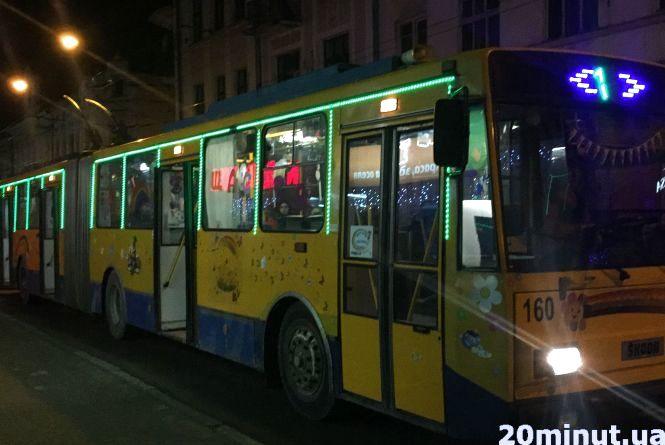 У Тернополі їздять неонові тролейбуси