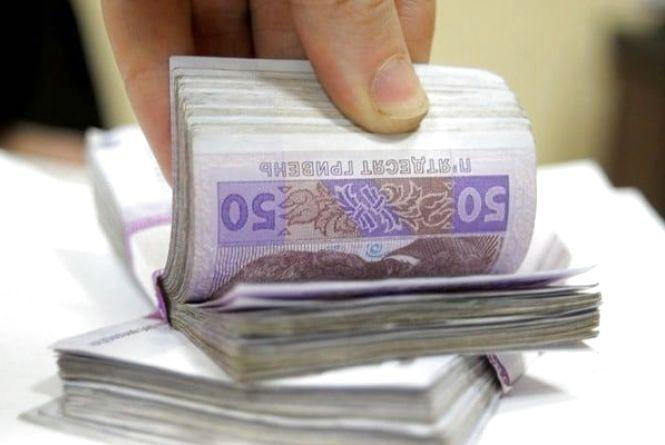 За позачергове оформлення закордонних паспортів службовець отримав хабар 5100 грн