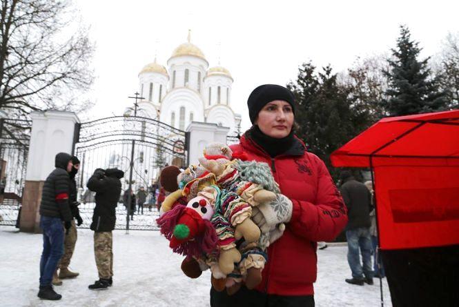 Тернопільські націоналісти принесли іграшки під церкву московського патріархату