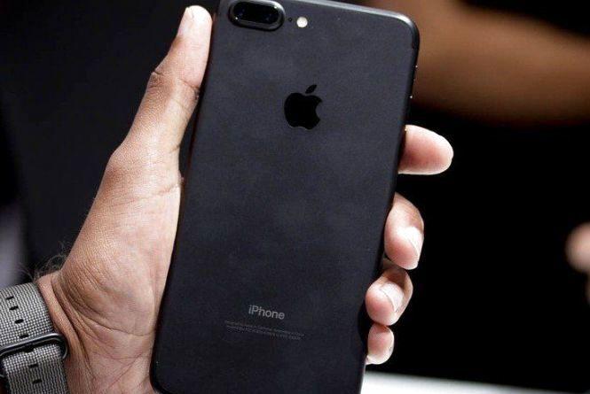Тернополянин на сайті OLX продав телефон Iphone 7 Plusза 700 фальшивих доларів