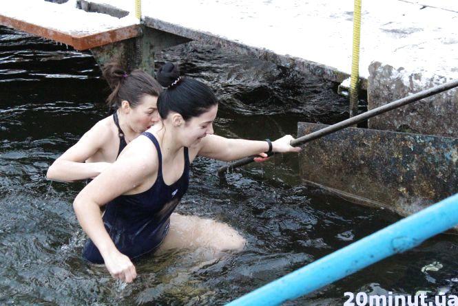 Мокрі та щасливі. Тернополяни святкують Водохреща (ОНОВЛЕНО)