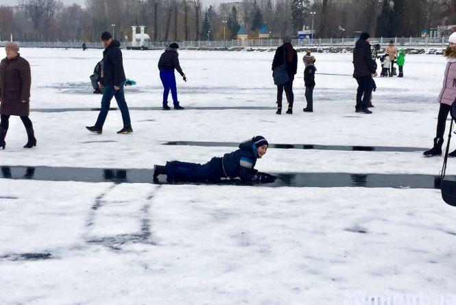 Відео дня: тернополяни влаштували на Ставі міні-ковзанку