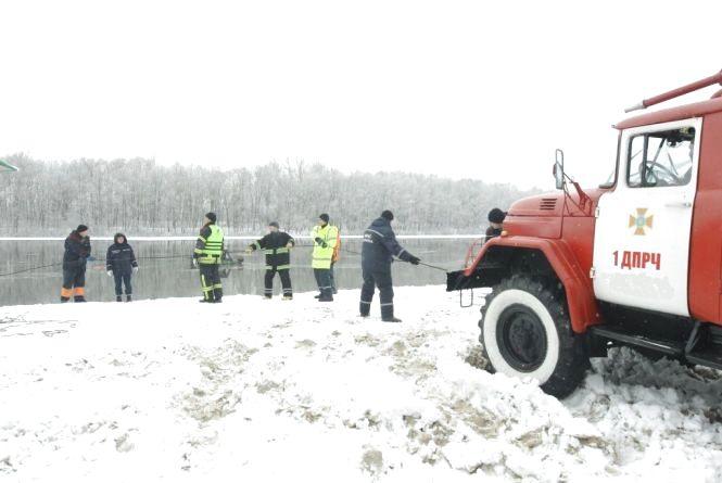 Водій не зміг вибратися з авто, що тонуло, і пішов під лід (оновлено)