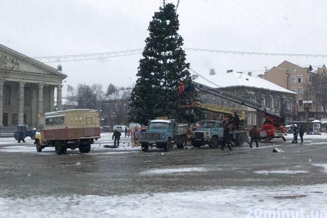 Фото дня: у Центрі почали демонтаж головної ялинки міста