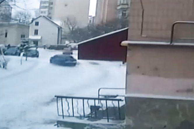 Допоможіть тернополянину знайти зловмисників, які розтрощили його авто та втекли. Є відео