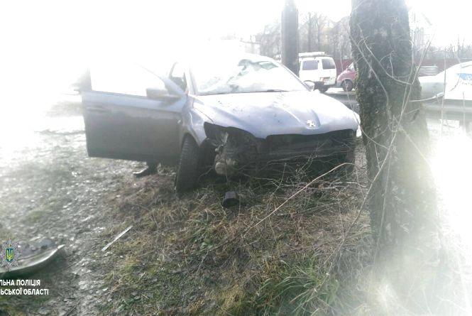 """Біля""""Берегині"""" водій  Peugeot в'їхав в дерево, водія забрала швидка"""