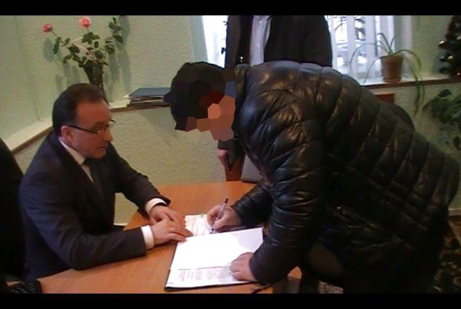 Депутат міськради, вимагав у підприємця та одержав 1500 доларів хабара