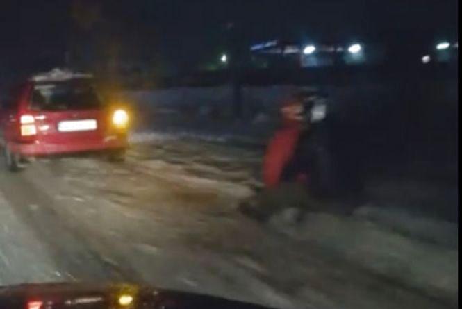 Екстрим на Тернопільщині: молодь продовжує кататись на санках прив'язаних до автомобіля