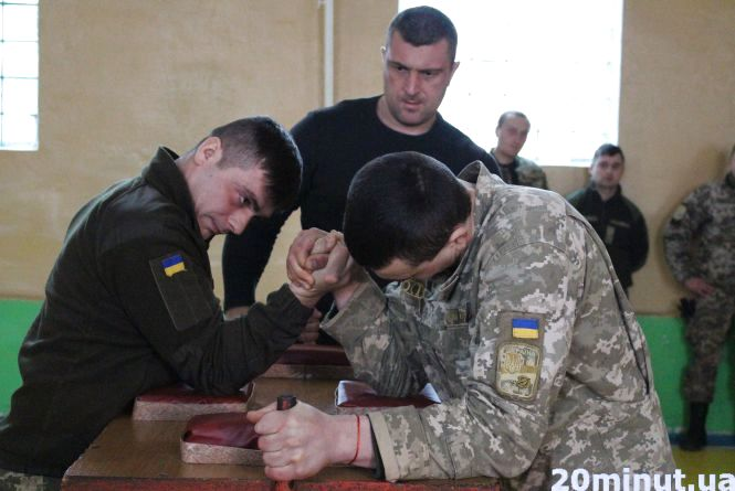 Тернопільські військові мірялись силою рук