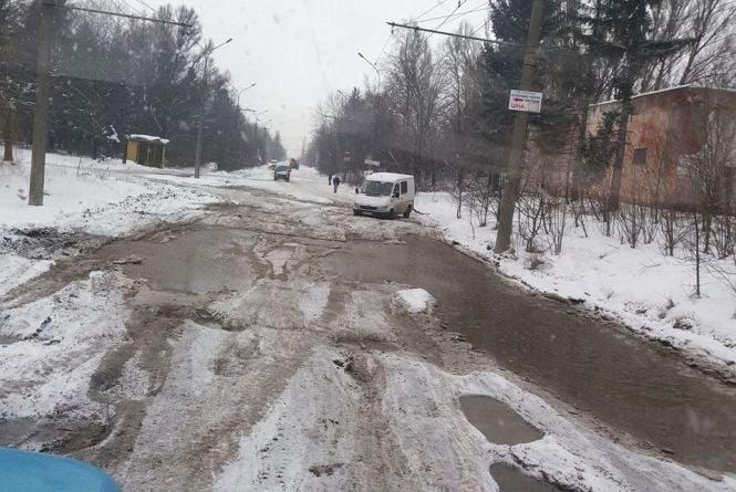 У Тернополі є вулиця, де автівки не можуть нормально проїхати