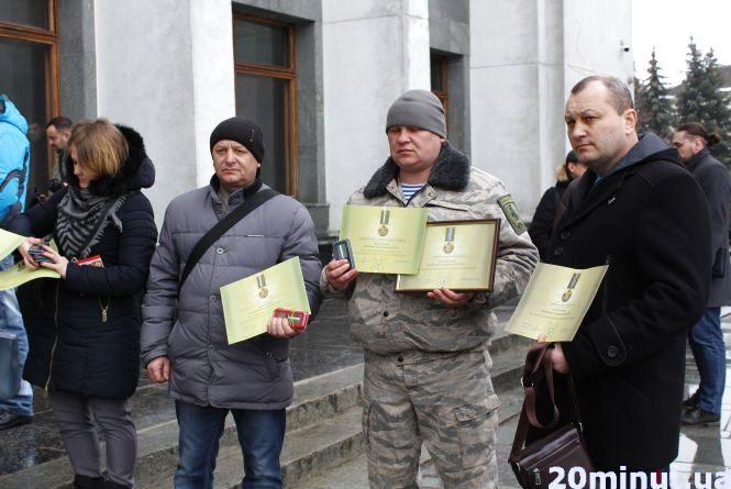 Протест: тернопільські АТОвці віддали нагороди від президента (оновлено)